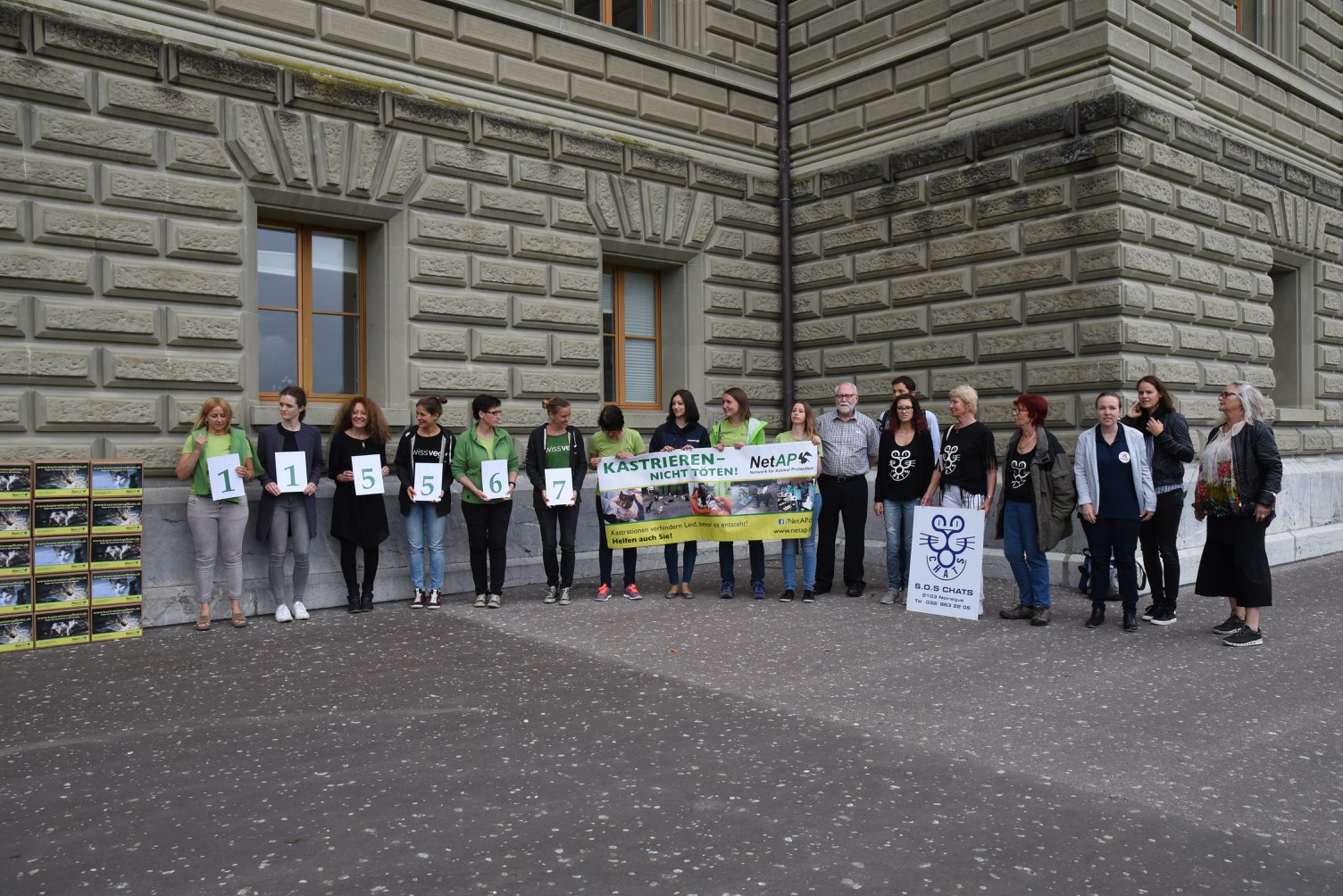 On voit les organisateurs de la campagne: NetAp et Tier im Recht et des Vier Pfoten, Pro Tier de Zürich,un groupe vegi et nous (Edith, Aurore, André et Tomi)